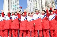 選手村の入村式を終えて手を振る北朝鮮選手団ら=韓国・江陵市で2018年2月8日、山崎一輝撮影