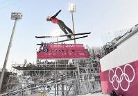 本番に向けて練習するスキージャンプの高梨沙羅=アルペンシア・ジャンプセンターで2018年2月8日、宮間俊樹撮影