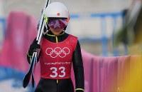 スキージャンプ女子ノーマルヒルの練習1回目を終えて引き上げる高梨沙羅=アルペンシア・ジャンプセンターで2018年2月8日、山崎一輝撮影