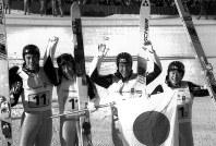 銀メダルを獲得。日の丸をかざして喜ぶ(左から)西方仁也(雪印)、原田雅彦(同)、葛西紀明(地崎工業)、岡部孝信(たくぎん)=1994年2月22日、西山正導撮影