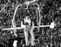 満員のスタンドの上をジャンプ台に向かいながら、日本人の声援に応える葛西紀明=1994年2月22日、佐藤泰則撮影