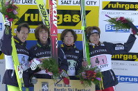 ワールドカップジャンプ団体で優勝し、表彰台で声援に応える日本チーム。左から葛西紀明、原田雅彦、吉岡和也、船木和喜=ユタ・オリンピックパークで19日、山下浩一写す