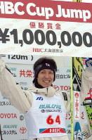賞金100万円を手にし表彰台で笑顔を見せる葛西=大倉山ジャンプ競技場で2004年1月12日、須賀川理撮影