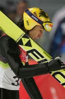 【トリノ五輪】スキージャンプノーマルヒルでメダルを逃し、視線を落とす葛西紀明=プラジェラートジャンプ競技場で2006年2月12日、岩下幸一郎撮影
