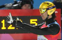 【トリノ五輪】スキージャンプラージヒル2本目で128・5メートルを飛び親指を立てる葛西紀明=プラジェラート・ジャンプ競技場で2006年2月18日、須賀川理撮影