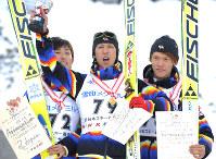【全日本選手権ジャンプLH】表彰式で笑顔を見せる優勝した葛西紀明(中央)。左は2位の伊東大貴。右は3位の竹内択=札幌市の大倉山ジャンプ競技場で2010年1月31日、小出洋平撮影