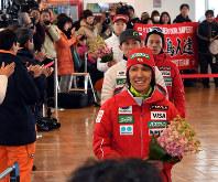 壮行会を終え、拍手を受けながら会場を出る葛西紀明選手(手前)ら日本代表選手団=札幌市中央区で2018年2月3日、竹内幹撮影