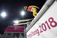 スキージャンプ男子ノーマルヒル予選での葛西紀明の試技=アルペンシア・ジャンプセンターで2018年2月8日、宮間俊樹撮影
