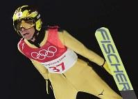 スキージャンプ男子ノーマルヒル予選の葛西紀明の飛躍=アルペンシア・ジャンプセンターで2018年2月8日、宮間俊樹撮影