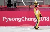 スキージャンプ男子ノーマルヒル予選を終えて電光掲示板を見る葛西紀明=アルペンシア・ジャンプセンター2018年2月8日、山崎一輝撮影
