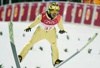 スキージャンプ男子ノーマルヒル予選で飛躍する葛西紀明=アルペンシア・ジャンプセンター2018年2月8日、山崎一輝撮影