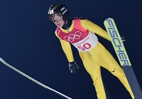 スキージャンプ男子ノーマルヒル予選での小林潤志郎の飛躍=アルペンシア・ジャンプセンターで2018年2月8日、宮間俊樹撮影