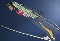 スキージャンプ男子ノーマルヒル予選の伊東大貴の飛躍=アルペンシア・ジャンプセンターで2018年2月8日、宮間俊樹撮影
