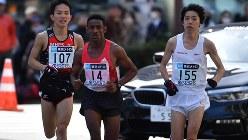 2017年の東京マラソンの38km付近で並走するランナー=2017年2月26日、代表撮影