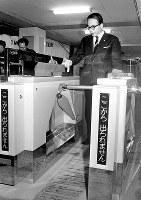 千里ニュータウンを縦断する「団地電車」の終点・北千里駅では、出改札に自動改札機が導入された=1967年2月9日撮影