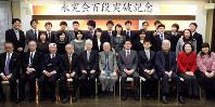 囲碁の総段数が百段を突破した永究会のメンバーと関係者=大阪市北区で、新土居仁昌撮影