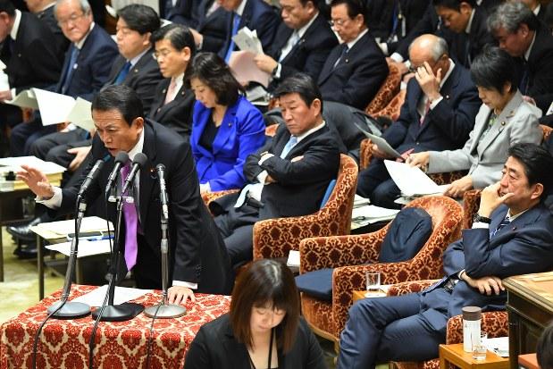 コインチェック問題は国会でも取り上げられる。質問に答える麻生太郎財務相(2018年1月29日、川田雅浩撮影)