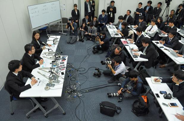記者会見するコインチェック幹部(2018年1月27日午前0時27分、手塚耕一郎撮影)