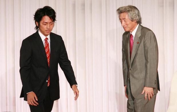 小泉純一郎元首相の講演会であいさつを終え、席に戻る小泉進次郎氏(左)=2008年9月27日、小出洋平撮影