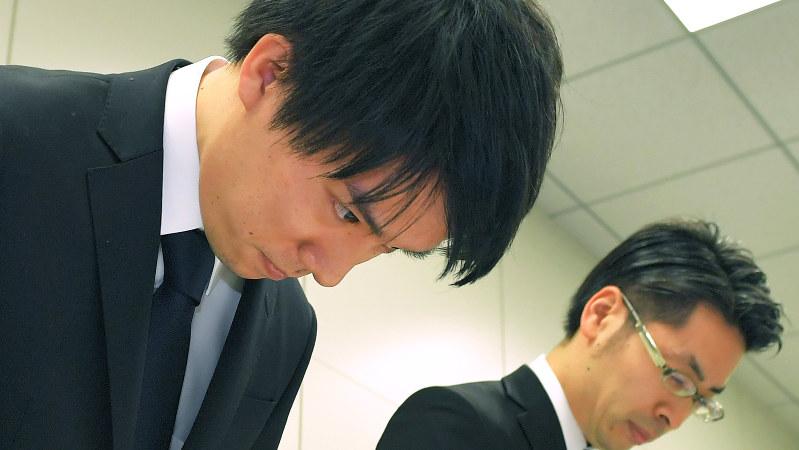 記者会見で謝罪するコインチェック社の和田晃一良社長(左)=2018年1月26日、手塚耕一郎撮影