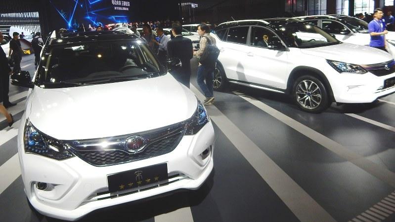 中国メーカー、比亜迪(BYD)の電気自動車=上海国際自動車ショーで2017年4月19日、赤間清広撮影
