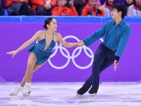 Miu Suzaki and Ryuichi Kihara perform during the pair short skate program at the Gangneung Ice Arena, on Feb. 9, 2018. (Mainichi)