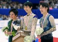表彰式で笑顔を見せる、男子FSで優勝した羽生結弦(中央)、2位の宇野昌磨(左)、3位の無良崇人=真駒内セキスイハイムアイスアリーナで2015年12月26日、手塚耕一郎撮影