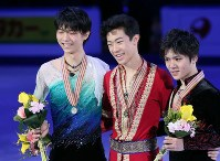 表彰式で笑顔を見せる(左から)2位の羽生結弦、優勝したネーサン・チェン、3位の宇野昌磨=韓国・江陵で2017年2月19日、佐々木順一撮影