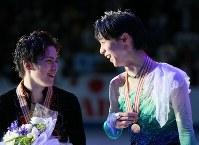 (フィギュアスケート世界選手権)表彰式終了後、リンクの上で笑顔を見せる優勝した羽生結弦(右)と2位の宇野昌磨=フィンランド・ヘルシンキで2017年4月1日、佐々木順一撮影