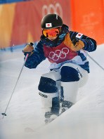 モーグル女子予選で滑走する村田愛里咲=フェニックス・スノーパークで2018年2月9日、山崎一輝撮影