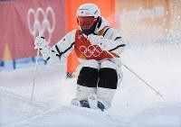 モーグル男子予選で滑走する堀島行真=フェニックス・スノーパークで2018年2月9日、山崎一輝撮影