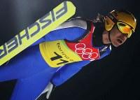 【トリノ五輪】スキージャンプ団体ラージヒルの2回目のジャンプで130メートルを超えた葛西紀明=プラジェラート・ジャンプ競技場で2006年2月20日、須賀川理撮影