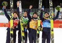 【ソチ五輪】スキージャンプ男子ラージヒル団体で銅メダルを獲得し観客席に笑顔を見せる(左から)清水礼留飛、竹内択、伊東大貴、葛西紀明=ロシア・ソチのルスキエゴルキ・センターで2014年2月17日、貝塚太一撮影