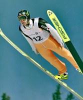 【リレハンメル五輪】 スキージャンプ・ノーマルヒルでメダルに一歩及ばず5位に終わった葛西紀明のジャンプ=ノルウェーのリレハンメルで1994年2月25日、西山正導撮影