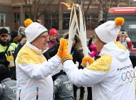 聖火リレーに参加したIOCのトーマス・バッハ会長(左)=韓国・平昌で2018年2月9日午前、佐々木順一撮影