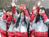 会場周辺で笑顔を見せるボランティア=韓国・平昌で2018年2月9日午前、佐々木順一撮影