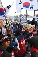 平昌五輪スタジアム(右奥)近くで北朝鮮に対する反対抗議をする人たち=韓国・平昌で2018年2月9日午後、山崎一輝撮影