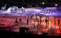 開会式で東西南北の守護神や動物などが登場したステージ会場=平昌五輪スタジアムで2018年2月9日午後8時7分、佐々木順一撮影