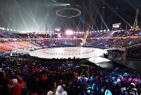 平昌五輪の開会式で集まった多くの観客ら=平昌五輪スタジアムで2018年2月9日、宮間俊樹撮影