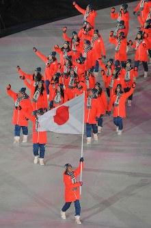 開会式で入場行進する旗手のスキージャンプの葛西紀明選手(手前)と日本の選手たち=韓国・平昌五輪スタジアムで2018年2月9日午後8時58分、手塚耕一郎撮影