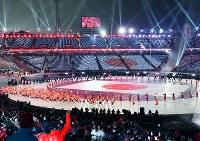 開会式で旗手の葛西紀明選手を先頭に入場行進する日本選手団=平昌五輪スタジアムで2018年2月9日、宮間俊樹撮影