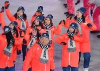 開会式で入場行進する日本選手団。中央奥は高梨沙羅選手=平昌五輪スタジアムで2018年2月9日、宮間俊樹撮影