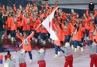 開会式で旗手のスキージャンプの葛西紀明選手を先頭に入場行進する日本選手団=平昌五輪スタジアムで2018年2月9日午後8時57分、佐々木順一撮影