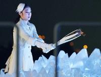 開会式で聖火を点火する韓国の元フィギュアスケート選手の金妍児(キム・ヨナ)さん=韓国・平昌五輪スタジアムで2018年2月9日午後10時8分、手塚耕一郎撮影