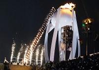 韓国の元フィギュアスケート選手の金妍児(キム・ヨナ)さんが聖火を点火=平昌五輪スタジアム五輪で2018年2月9日午後10時8分、佐々木順一撮影