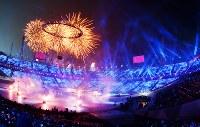 聖火台に聖火が灯された平昌冬季五輪の開会式=平昌五輪スタジアムで2018年2月9日、宮間俊樹撮影