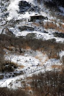 歩道の補修とシェルターが整備される研究路(上部は玉子茶屋)=神奈川県箱根町の大涌谷で2018年2月8日、澤晴夫撮影