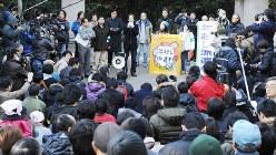 2008年暮れに設置された年越し派遣村。氷河期世代の派遣労働者も多く含まれていた=東京都千代田区の日比谷公園で2008年12月31日