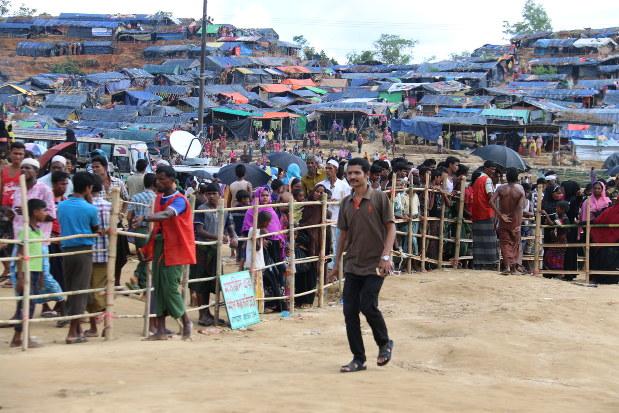 支援物資を受け取るため、列に並ぶロヒンギャ難民たち=コックスバザールで2017年10月1日、金子淳撮影