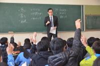 いじめの防止を呼びかける中須賀友亮弁護士(奥)=津市八町3の新町小学校で